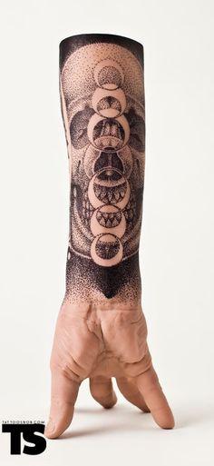 tattoo / dot work / black and white tattou / tatouage / noir et blanc