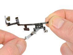 Schritt 61 -       Nehmen Sie das Flachbandkabel der Power- und Lautstärketaste vollständig raus.