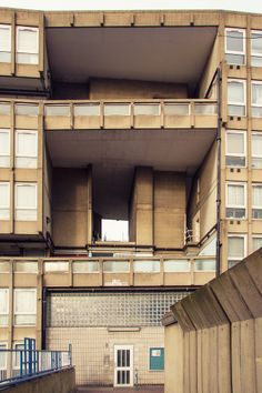 ROBIN HOOD GARDENS | POPLAR | LONDON BOROUGH OF TOWER HAMLETS | LONDON | ENGLAND: *Build: 1967-1972; Architects: Alison & Peter Smithson* Photo: via photoplus.sk