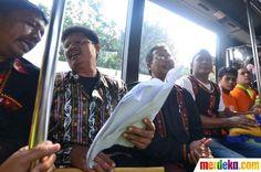 Penumpang bus TransJakarta terhibur dari kelompok seniman yang membawakan nyanyian syair puisi asal Gayo, Aceh.