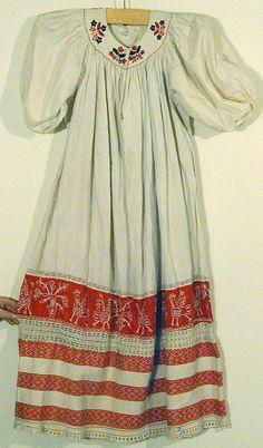 Вторая половина XIX в.  Рубаха женская  ткачество браное, кумач, шов тамбурный, коленкор, холст, нить х/б, мережка, вышивка гладью