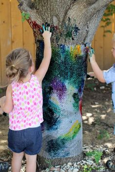 Trees are naturally beautiful but wouldn't it be oh so much fun to decorate them with some bubble wrap and paint. {from Twodaloo}