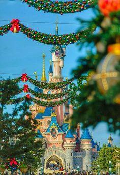 Le Château de la Belle au Bois Dormant | Sleeping Beauty Castle | Fantasyland | Disneyland Paris during Christmas time