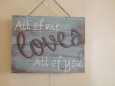 'All of Me Loves All of You' Een met de handgeschilderd vintage tekstbord van oud pallethout....
