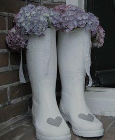 Gedroogde hortensia in gegipste regenlaarzen. Gaaf idee!