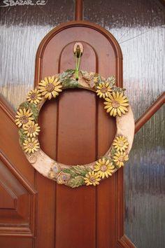 Nabízím na objednání věnec na dveře , - obrázek číslo 1 Clay Projects, Clay Crafts, Diwali Candles, Pottery Houses, Ceramic Workshop, How To Make Clay, Hanging Flower Wall, Air Dry Clay, Clay Creations
