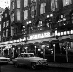 """Oktober 1960. Hotel-Cafe-Restaurant """"Schiller""""aan het Rembrandtplein in Amsterdam."""
