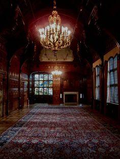 O Grande Salão do Two Temple Place, mansão encontrada em Londres, Inglaterra, Reino Unido. A maior sala no edifício, o Grande Salão ou a Sala de Mediação, era o local onde William Waldorf Astor, que mandou construí-la, chamava aqueles que ele escolhia para fazer negócios. Os painéis desta sala são de Pencil Cedar, e emitem um aroma relaxante calculado para dissipar qualquer tensão. A grandiosa sala tem 21,3 m de comprimento.  Fotografia: Spitalfields Life.
