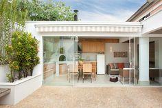 Casa de Tamboré: Terraços  por Silvana Lara Nogueira Surf Decor, Small Modern Home, New Kitchen Designs, English House, Modern Architecture House, Design Case, Inspired Homes, Terrazzo, My Dream Home