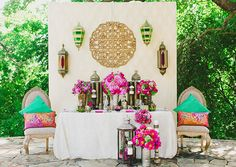 We love the look of this #Moroccan inspired wedding! Vivid colors, bold patterns and gold!