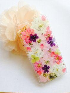 千鳥花をふんだんに使った可愛らしい押し花ケースです(*☻-☻*)ポイントとして紫の小花やピンクの花びらをちりばめました。ラメやストーンも使っていますので、キラ...|ハンドメイド、手作り、手仕事品の通販・販売・購入ならCreema。