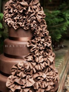 Hallofcakes.co.uk produced this elegant drape of softly pleated chocolate fans.