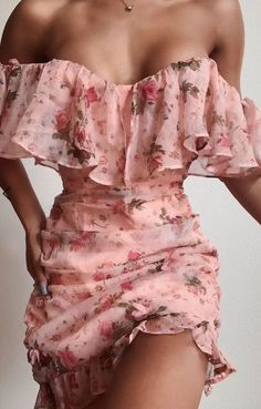 Ornella Pink Floral Dress - Wear a garden. Our Ornella Dress in Pink Floral features a mini length, off-the-shoulder sleeves, a sweetheart neckline, ruching in the bodice, ruffle. Looks Chic, Looks Style, Pretty Dresses, Beautiful Dresses, Going Out Dresses, Glamouröse Outfits, Party Outfits, Mode Ootd, Pink Floral Dress
