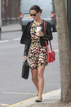 Pippa Middleton Photos - Pippa Middleton looks all set for Summer in a patterned frock as she grabs a Starbucks coffee and jumps on a London bus! The Middleton sister hid behind shades as she supped on a coffee and then got on the number 10 bus to Holborn. - Pippa Middleton Grabs a Coffee