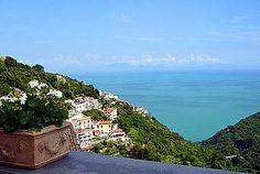 Ferienwohnung: Casa Vecchia in Albori - Amalfiküste: ein traumhaftes Panorama eröffnet sich Ihnen von der Terrasse der Unterkunft aus. www.amalfi-ferien.de Amalfi, Water, Outdoor, Patio, Homes, House, Water Water, Outdoors, Aqua