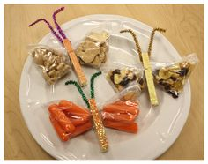 DIY Butterfly Snack Bags, think I'll put one of these in my daughter's lunch tomorrow! Butterfly Theme Party, Butterfly Snacks, Diy Butterfly, Butterfly Birthday, Cute Snacks, Kid Snacks, Creative Snacks, Good Food, Yummy Food