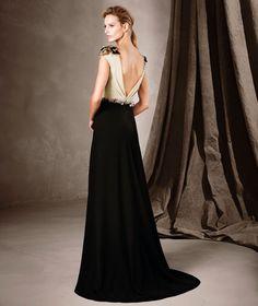 (Foto 56 de 76) Destaca una sugerente apertura frontal en la falda del vestido. Los detalles de pedrería adornan con gracia los hombros y el cinturón, Galeria de fotos de Las 4 tendencias de la colección de vestidos de fiesta 2017 de Pronovias que debes conocer