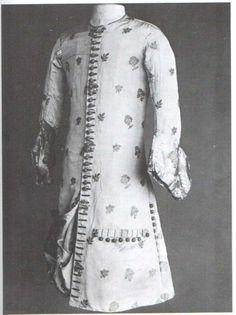 """Vestes de influência Persa do reinado de Carlos II (Inglaterra). Numa tentativa de se libertar da moda francesa, adopta um vestuário """"à moda persa"""". A túnica abotoada de cima a baixo, até aos joelhos escondendo parcialmente os calções, com as mangas da camisa interior evidenciadas, vai revolucionar a silhueta do vestuário masculino. Sobre esta era usado um casaco simples e solto. A túnica estreita e ajustada ao corpo vai dar lugar ao colete (vest) e o casaco ao """"paletó""""."""