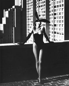 Helmut Newton bunny is black and white. photography class - closer Helmut Newton - Elsa Peretti in a 'Bunny' costume by Halston, New York, 1975 Richard Avedon, Happy Photography, Fashion Photography, National Photography, Modeling Photography, Lifestyle Photography, Editorial Photography, Sexy Fotografie, Foto Fashion