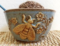 This bee decorated yarn bowl is flying off to Ohio today…happy it has a new home and sad to see it go. This one made me smile when it came out of the kiln. I'll have to play around with this design more in the future. Mein Café, Buzzy Bee, I Love Bees, Bee Skep, Bee Art, Bee Design, Yarn Bowl, Paperclay, Bee Happy