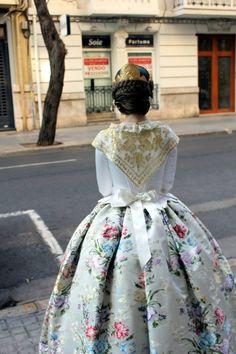 Traje de Valenciana blanco con justillo de manga larga. #falleras #fallas #valencia Historical Costume, Historical Clothing, Spanish Woman, Pin Up, Full Skirts, Folk Costume, Cool Costumes, Traditional Dresses, Marie Antoinette