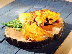 Füme Dilli Tost Tarifi. Malzemeler: 7-8 dilim dana dil füme 8-10 dilim cheddar peyniri 4 adet tost ekmeği 6-7 adet kornişon turşu 2 yemek kaşığı siyah zeytin ezmesi Yarım kase kurutulmuş domates 5-6 diş sarımsak 2 yemek kaşığı zeytinyağı 1 yemek kaşığı biber salçası 5-6 dal taze kekik 1 tutam fesleğen 2-3 yaprak polorosso 1 paket cips 1 tatlı kaşığı çörekotu. http://www.turkmaxgurme.com/