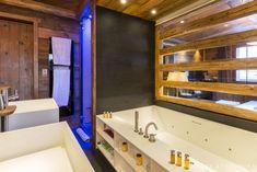 Ванна и душ в главной спальне. Рядом с ванной находится решетчатое окно в гостиную, которое можно закрыть роллетом. .