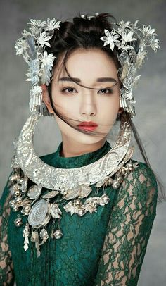 It's no secret that Hmong clothes are gaining notoriety due to their complex patterns, bright vibrant colors, and beautiful embroidered stitchings. Asian Woman, Asian Girl, Beautiful People, Beautiful Women, Ethno Style, Mode Outfits, Looks Style, Asian Style, Headdress