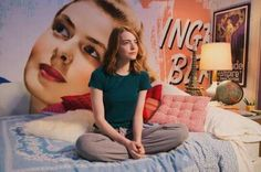 O quarto de Emma Stone em La La Land, com uma enorme foto da atriz Ingrid Bergman, além de vários quadros de filmes.