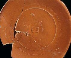 Museo de Palencia.  Plato de sigillata itálica de LVCIVS TERENTIVS, alfarero de la Legio IIII Macedononica (Herrera de Pisuerga, principios del Siglo I d.C.)