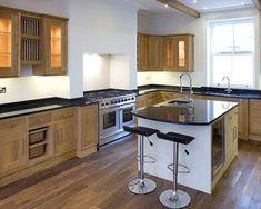 100 Küchen Designs – Möbel, Arbeitsplatten und zahlreiche Einrichtungslösungen - weiß-wände-sachlich-einrichtung-küche-barhocker-lehne-spüle