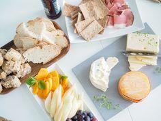 Helppo juustotarjotin, hedelmiä, leipää, ja hilloa. Herkkujuustola Metsuri, Kartanon Meijeri Fuuga, Castello Blue