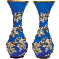 Extraordinário par de vasos Baccarat em opalina azul com flores brancas e douradas. 43 cm. Base R$ 10.000,00