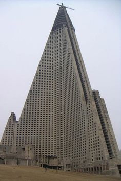 O edifício mais feio do mundo foi símbolo de superioridade e falhanço do comunismo | P3