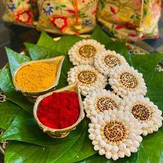 Thali Decoration Ideas, Diy Diwali Decorations, Wedding Stage Decorations, Flower Decorations, Kalash Decoration, Desi Wedding Decor, Indian Wedding Gifts, Housewarming Decorations, Marriage Decoration