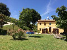 Te koop vakantiehuis vlak bij de kust en stad (Senigallia). Landelijk gelegen met schitterend uitzicht.€390000