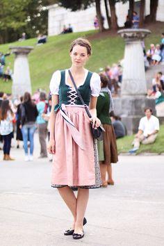 therandomnoise.com_outfit_kiki albrecht oktoberfest wiesn 2014_hallhuber dirndl_aigner bag_pretty ballerinas_1
