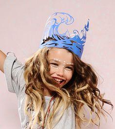 Sombreros de papel convertidos en obras de arte Coronas De Carton ed202b800e4