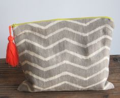 Anyone who knows me, knows I loves me some bags and pouches - here's my next one . . .  Zig Zag Gris Large Pouch