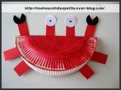 - un joli petit crabe très facile a réaliser par les petits, il vous faudra : - une assiette en carton grand modèle - quelques bandes de papier rouge - deux ronds blanc modèle moyen découpé à la perfo pour les yeux - deux ronds noir coupé en deux modèle...