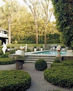 Auch ein Pool lässt sich schön in den Garten integrieren..