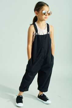 New baby kids fashion jumpers 25 ideas Baby Outfits, Kids Dungarees, Black Dungarees, Style Hipster, Little Kid Fashion, Stylish Kids, Boy Fashion, Fashion Games, Fashion Clothes