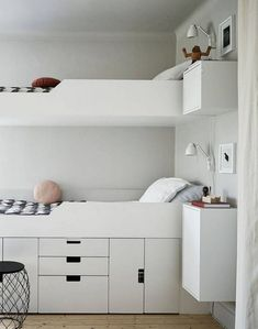Large family bed is still in style right now. They do not like narrow bed as it will prevent them from rolling around freely while they are sleeping. Bunk Beds Small Room, Small Bedroom Storage, Bunk Beds With Stairs, Cool Bunk Beds, Bunk Rooms, Kids Bunk Beds, Bed Storage, Small Rooms, Small Space