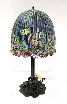 TIFFANY INSPIRED FLOWERING LOTUS TABLE LAMP.