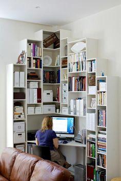 bureau d'angle aménagé à la maison- bibliothèque à casiers peu profonds