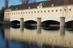 An der Stelle an der ein Fluss an Mauern drückt und Wassermassen zusammentreffen, liegt es nahe, die Kraft des Wassers zur Energiegewinnung zu nutzen. Das Wasserkraftwerk, das unterirdisch Energie... https://www.locationrobot.de/filmlocation-muenchen-kraftwerk-lr1812-li316