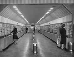 The Vending Machine Supermarket, 1948 // Welcome to the the first fully automated grocery store in the United States; a most futuristic shopping experience that the world just wasn't ready for. Sun Cafe, National Proposal Day, Memphis Tennessee, Restaurant, Life Pictures, Book Nooks, Grocery Store, Futuristic, World