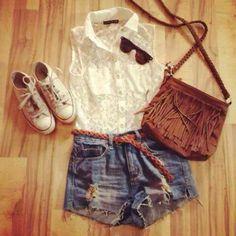 Camisa sin mangas blanca, short de jean, zapatillas blancas, cartera marron.