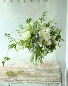 Bridesmaid bouquets, maybe not so many white flowers. Green Flowers, Love Flowers, White Flowers, Beautiful Flowers, Table Flowers, Flower Vases, Ikebana, Wedding Bouquets, Wedding Flowers