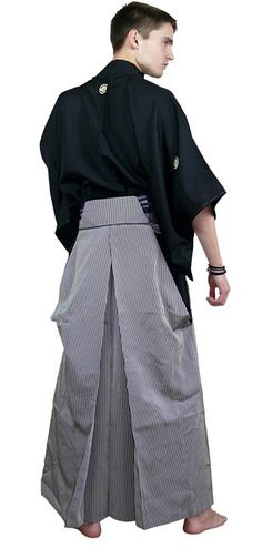 So...the pattern I'm designing for Pattern-Making 120 may already be jacked up....well, at least not accurate.  Here is a good back view of hakama.  Note the style of the two pleats--how, oh how, will I draft that...?